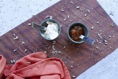 Consommation saine : prenez un savoureux et rapidement un petit déjeuner photographie stock libre de droits