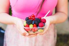 Consommation saine, suivre un régime, nourriture végétarienne et concept de personnes - fermez-vous des mains de femme jugeant de photo libre de droits
