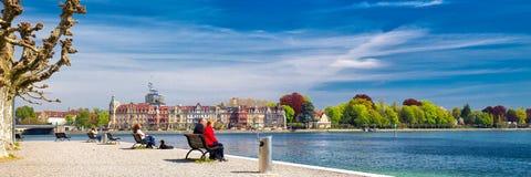 CONSTANCE, SVIZZERA - aprile 2017 - passeggiano nel centro urbano di Costanza con il lago di Costanza, Germania Immagini Stock Libere da Diritti