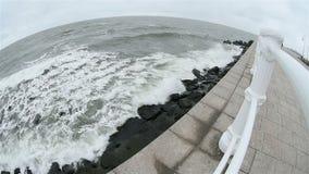 Κύματα Μαύρης Θάλασσας που πλένουν την ακτή Constanta απόθεμα βίντεο