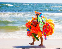 CONSTANTA, ROMÊNIA - 21 DE AGOSTO DE 2010 brinca o vendedor que anda na praia pelo mar Foto de Stock Royalty Free