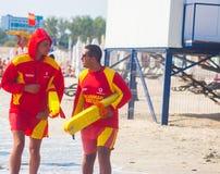 CONSTANTA, ROMÊNIA - 21 DE AGOSTO DE 2010 Salvas-vidas na praia Imagens de Stock Royalty Free