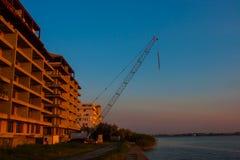 CONSTANTA, ROUMANIE - 21 AOÛT 2010 Construction de maison ayant beaucoup d'étages sur le lac Photographie stock libre de droits