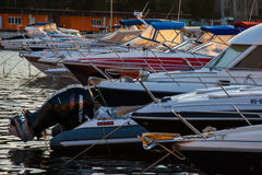 CONSTANTA, ROUMANIE - 21 AOÛT 2010 Paysage marin avec beaucoup de voiliers dans le club de yacht au coucher du soleil Photographie stock libre de droits
