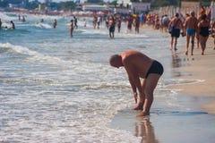 CONSTANTA, RUMÄNIEN - 21. AUGUST 2010 Mann, der Übungen auf dem Strand tut Lizenzfreies Stockfoto
