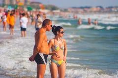 CONSTANTA, RUMÄNIEN - 21. AUGUST 2010 Paare, die auf dem Strand stehen Lizenzfreie Stockfotografie