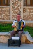 CONSTANTA RUMÄNIEN - AUGUSTI 21, 2010 gatamusikern spelar dragspelet Royaltyfri Bild