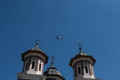 CONSTANTA RUMÄNIEN - AUGUSTI 21, 2010 helikoptern flyger nära kyrkan Royaltyfria Foton