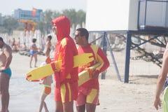 CONSTANTA RUMÄNIEN - AUGUSTI 21, 2010 Livräddare på stranden Royaltyfri Bild