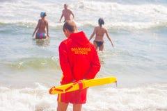 CONSTANTA RUMÄNIEN - AUGUSTI 21, 2010 Livräddare på stranden Arkivfoto