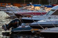 CONSTANTA RUMÄNIEN - AUGUSTI 21, 2010 Seascape med många segelbåtar i yachtklubba på solnedgången Royaltyfri Fotografi