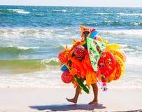 CONSTANTA, RUMANIA - 21 DE AGOSTO DE 2010 juega al vendedor que camina en la playa por el mar Foto de archivo libre de regalías