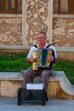 CONSTANTA RUMUNIA, SIERPIEŃ, - 21, 2010 uliczny muzyk bawić się akordeon obraz royalty free