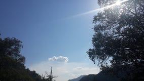 Constante blauwe hemel en witte wolken Royalty-vrije Stock Foto's
