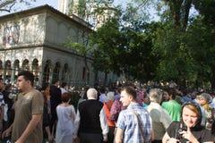 Constantine Brancoveanu procession: folk som väntar i linje Arkivbild