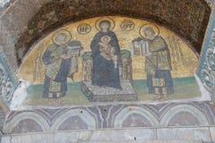 Constantine och Justinian gör offerings till jungfruliga Mary Arkivfoto