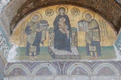 Constantine och Justinian gör offerings till jungfruliga Mary Royaltyfri Foto