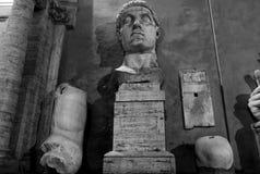 Constantine staty på natten Arkivfoton