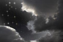 Constelación de los géminis en cielo en parte nublado Libre Illustration