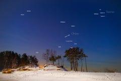 Constelaciones y estrellas en el cielo del invierno de los hemis septentrionales Imagen de archivo