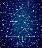 Constellatiekerstboom in sneeuwhemel royalty-vrije stock afbeeldingen