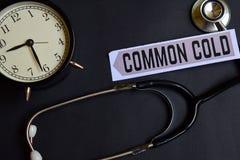 Constipação comum no papel com inspiração do conceito dos cuidados médicos despertador, estetoscópio preto imagem de stock royalty free