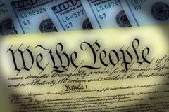 Constitución de los E.E.U.U. con cientos billetes de dólar que sientan arriba - concepto de la crisis del techo de deuda de Estad fotografía de archivo