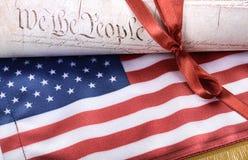 Constitución de los Estados Unidos de América y bandera de los E.E.U.U. Imagen de archivo libre de regalías