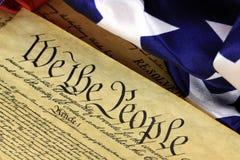 Constitución de los E.E.U.U. - nosotros la gente con la bandera americana Imágenes de archivo libres de regalías