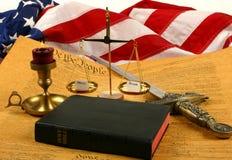 Constituição de Estados Unidos, Bíblia, escalas que pesam a mercê e o ira, e bandeira foto de stock royalty free