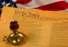 Constituição de Estados Unidos, vela, e bandeira Imagens de Stock Royalty Free