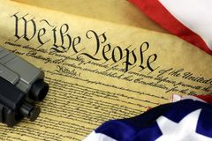 Constituição dos E.U. - nós os povos com a arma da bandeira americana e da mão Fotos de Stock Royalty Free