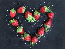 Constitution de la grappe de salutation de Saint-Valentin de saint : fraise de jardin fraîche images stock