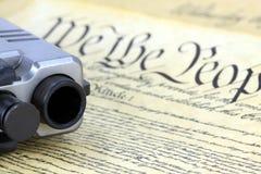Constitution des USA avec l'arme à feu de main Image stock