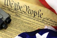 Constitution des USA avec l'arme à feu de main Photo stock