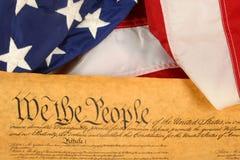 Constitution et indicateur d'Etats-Unis -- Orientation d'horizontal avec l'indicateur drapé au-dessus du document Photographie stock libre de droits