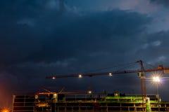 Constraction miejsce z żurawiem przy nocą Obraz Royalty Free