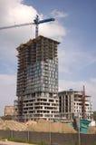 Constraction Site mit crain und neuem Gebäude stockfotografie