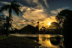 Constrasts d'un coucher du soleil de ville photo libre de droits