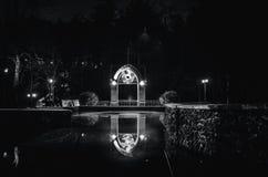 A construção é refletida na lagoa na noite no parque fotos de stock royalty free