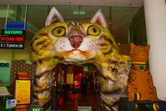 A construção é um museu dos gatos Entrada sob a forma de um gato Kuching, Bornéu, Sarawak, Malásia imagens de stock royalty free