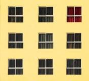 Construção abandonada colorida com cortinas vermelhas Imagens de Stock