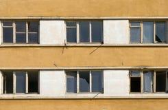 Construção abandonada com janelas quebradas foto de stock royalty free