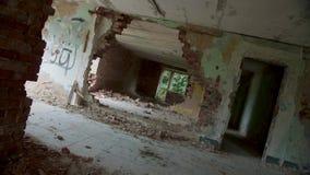 Construção abandonada e destruída, ponto de vista girado video estoque
