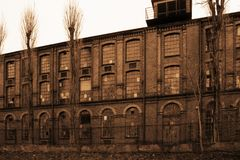 Construção abandonada industrial velha na cor do sepia imagem de stock