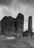 Construção abandonada na mina da pega em preto e branco foto de stock