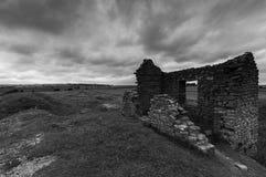 Construção abandonada na mina da pega em preto e branco fotografia de stock royalty free