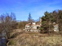 Construção abandonada por um rio Fotografia de Stock Royalty Free