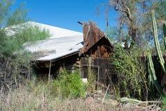 Construção abandonada que está caindo distante fotografia de stock royalty free
