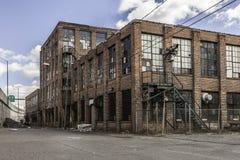 Construção abandonada velha com janelas quebradas Fotos de Stock
